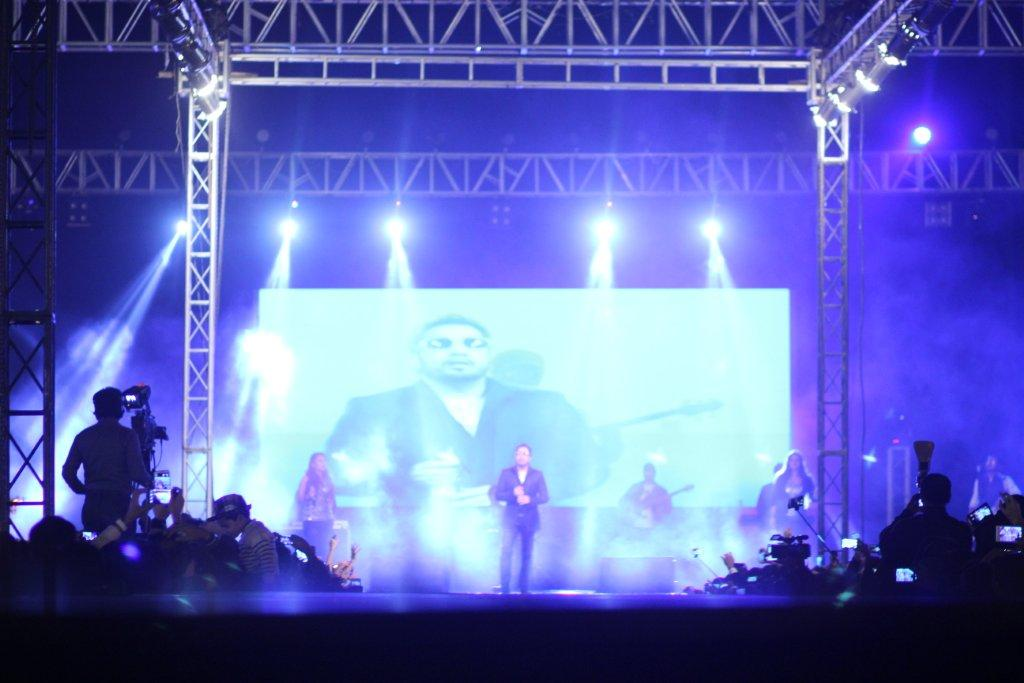 """Huawei, concerts, Lahore, Mika, singh, stage performance, dance, music, girls, fashion, mobile, brand, marketing, Huawei brings exciting entertainment with the first concert of """"Mika Singh""""in Lahore"""